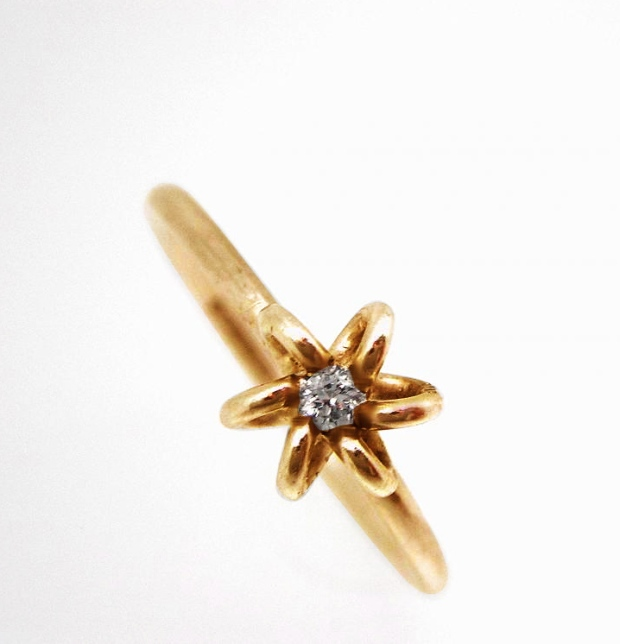 Tiny_flower_ring_with_Diamond